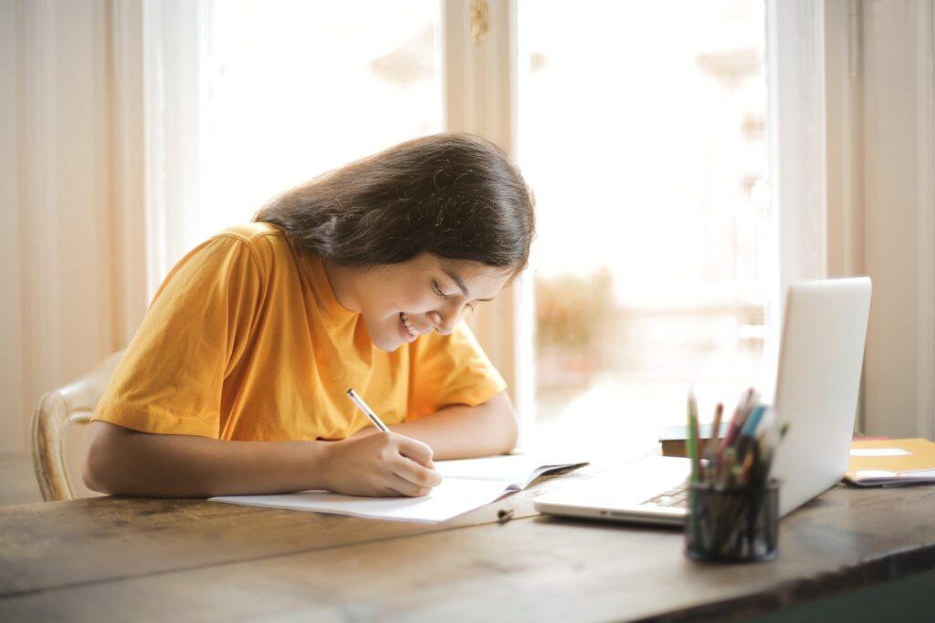 Entorno de estudio ordenado y bien iluminado.